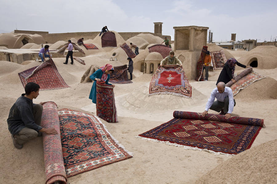unexpected-photographs-with-persian-carpets-8-900x600