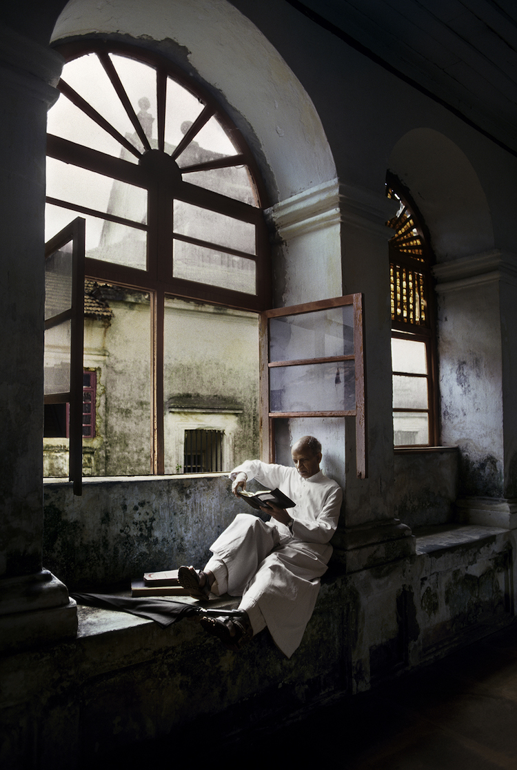 01590_06, India, 06/2013, INDIA-12155. A man sits and read by a window. retouched_Sonny Fabbri 09/09/2013